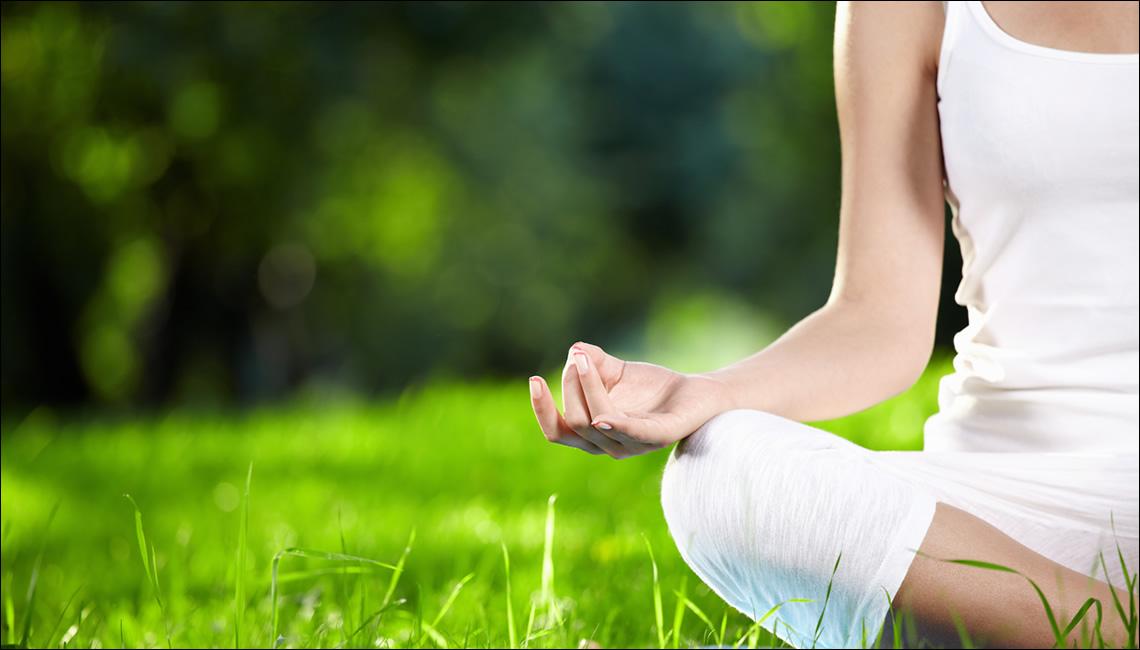 Fotografia di una donna mentre medita
