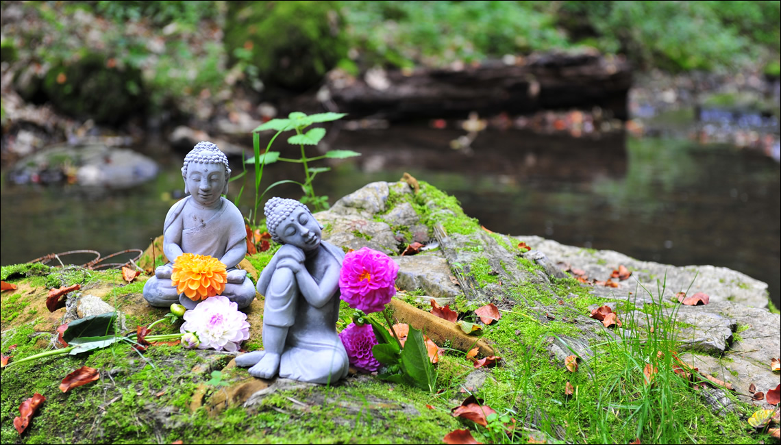 Fotografia di due statuine in posizione yoga